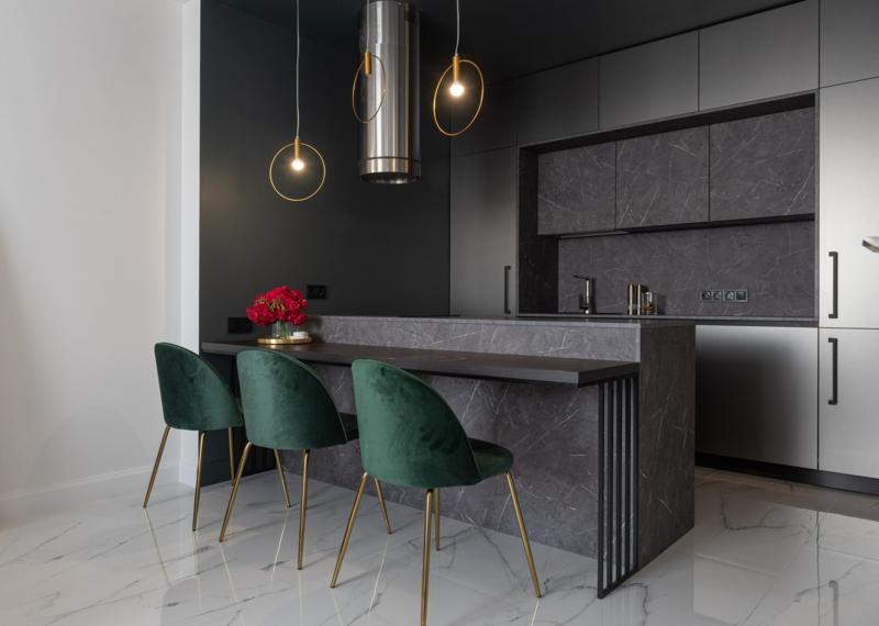 couleur qui va avec le gris cuisine grise avec des chaises vertes