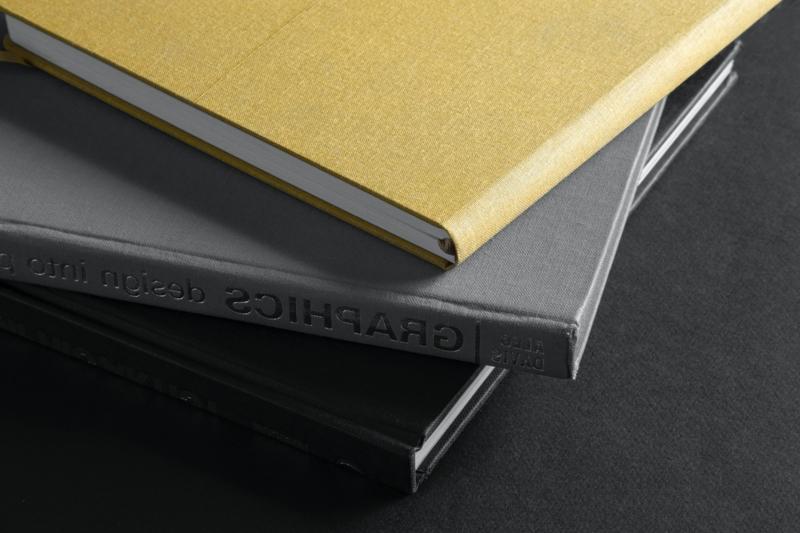 couleur qui va avec le gris un tas de livres gris et jaunes