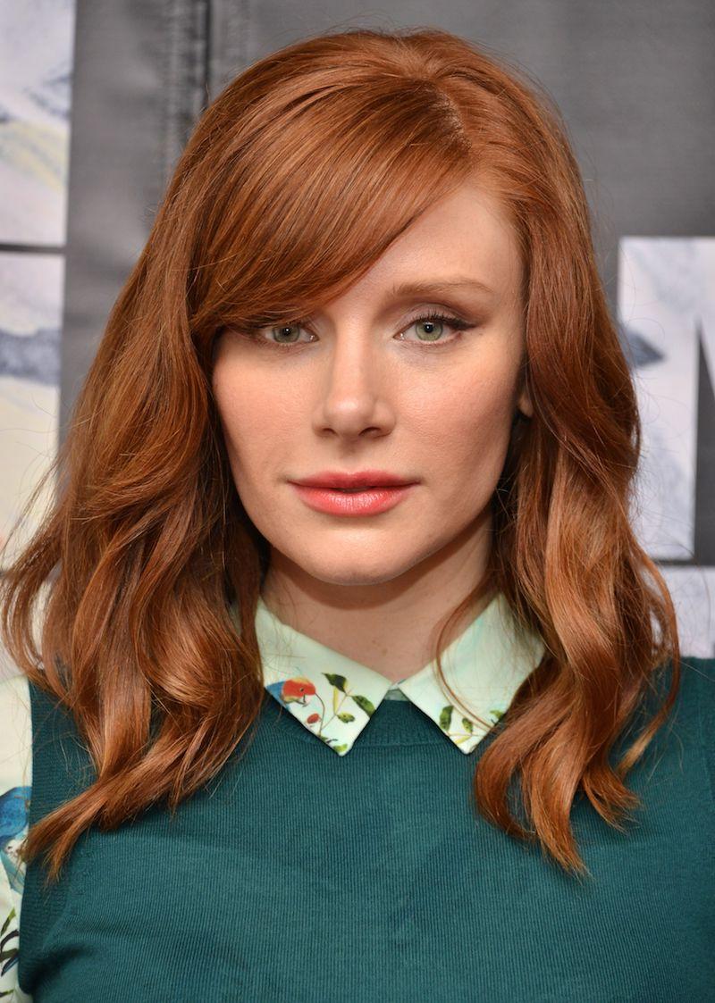 couleur roux cuivré femme au maquillage naturel en pull bleu pétrole