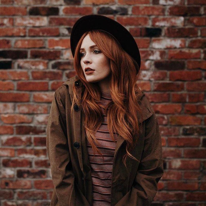 couleur roux cuivré femme au style casual avec chapeau à bord