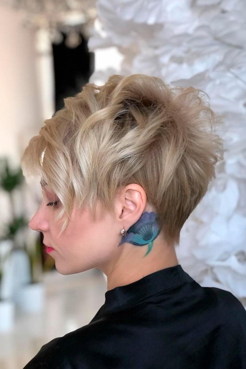 coupe courte cheveux bouclés pixie en couches méches blondes