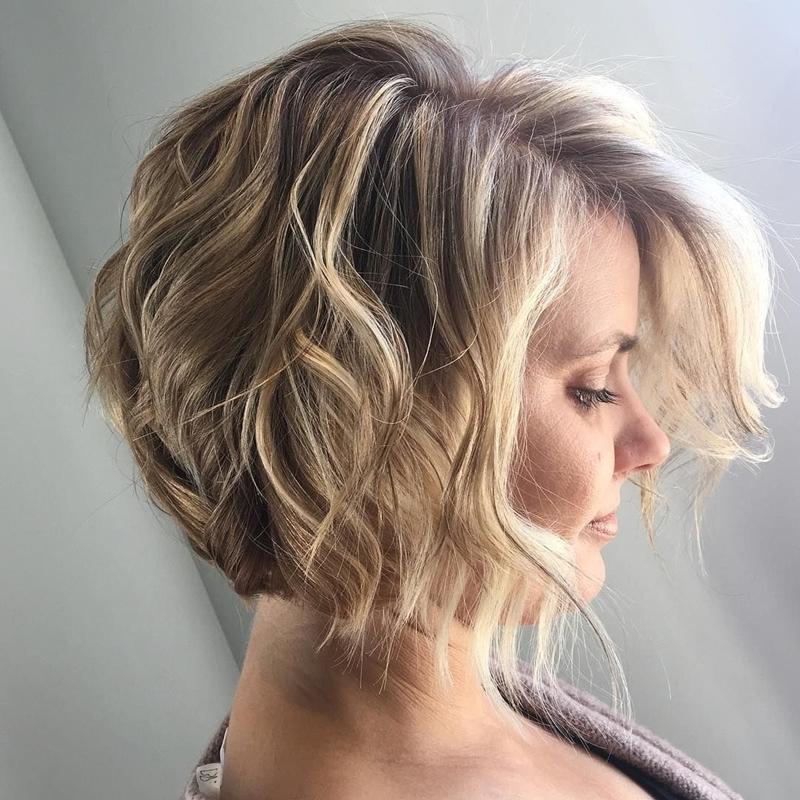 coupe courte dégradée femme carré méches blondes boucles racines foncées