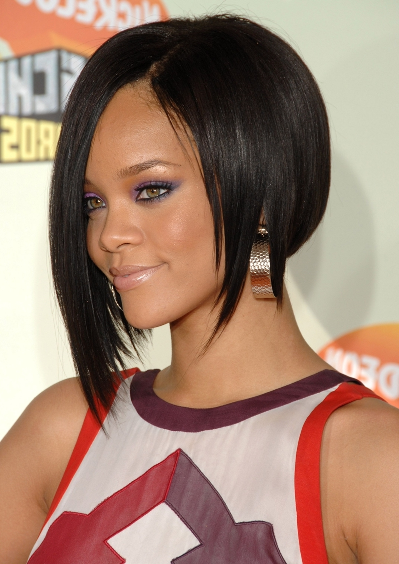 coupe courte femme forte coiffure célébrité rihanna carré plongeant