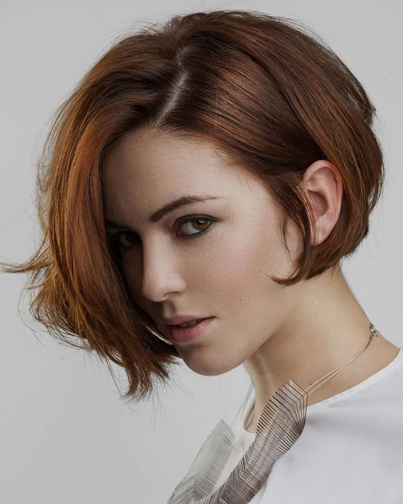 coupe de cheveux asymétrique coloration rouge carré plongeant