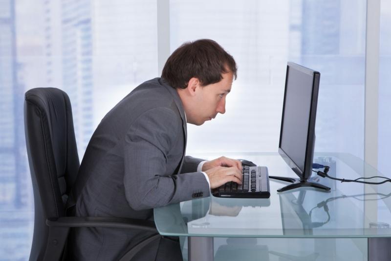 crampe mollet nuit un homme assis devant son bureau