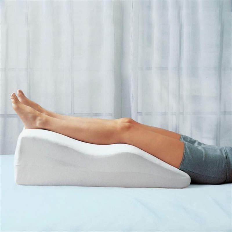 crampe mollet nuit une femme qui dort avec ses jambes surélevées