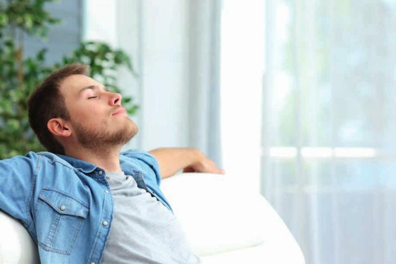 crampes mollets magnésium un homme qui respire profondément