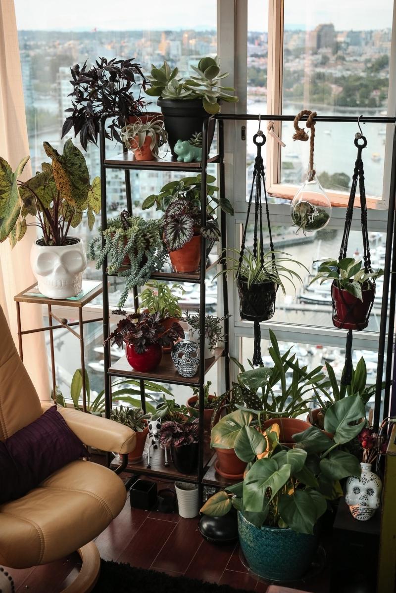 creation avec des pots de fleurs décoration balcon meuble rangement