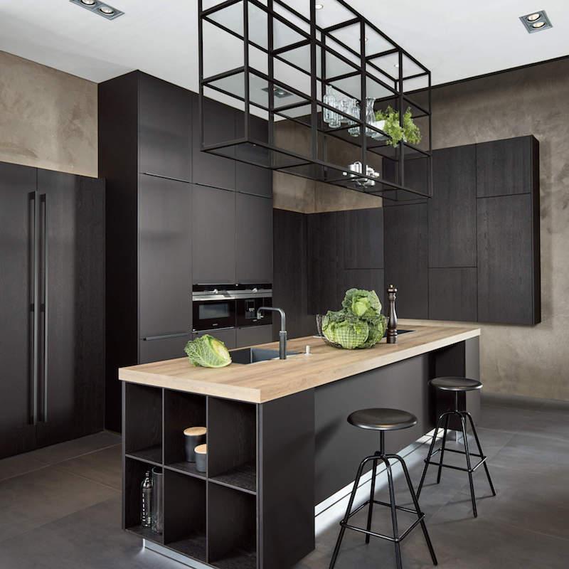 credence cuisine noir et bois plan de travail en chêne tabourets en métal