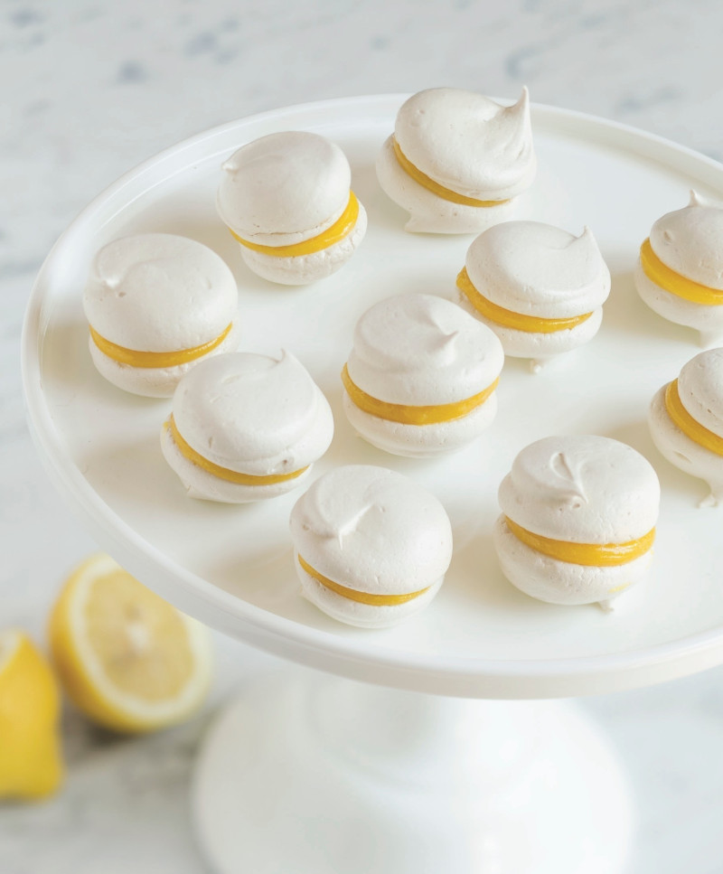creme citron petit four meringué au citron sur présentoir à gateaux