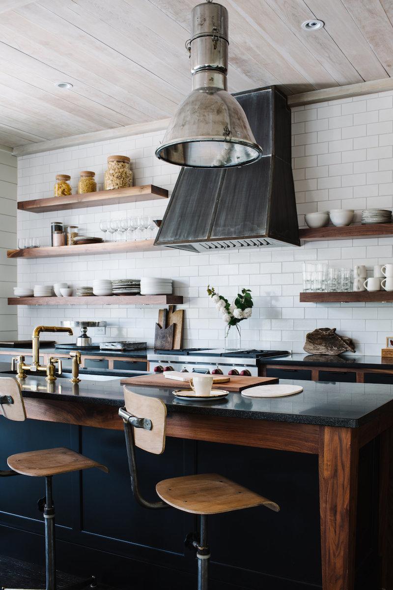 cuisine blanche bois et noir mur de tuiles blanches étagères en bois