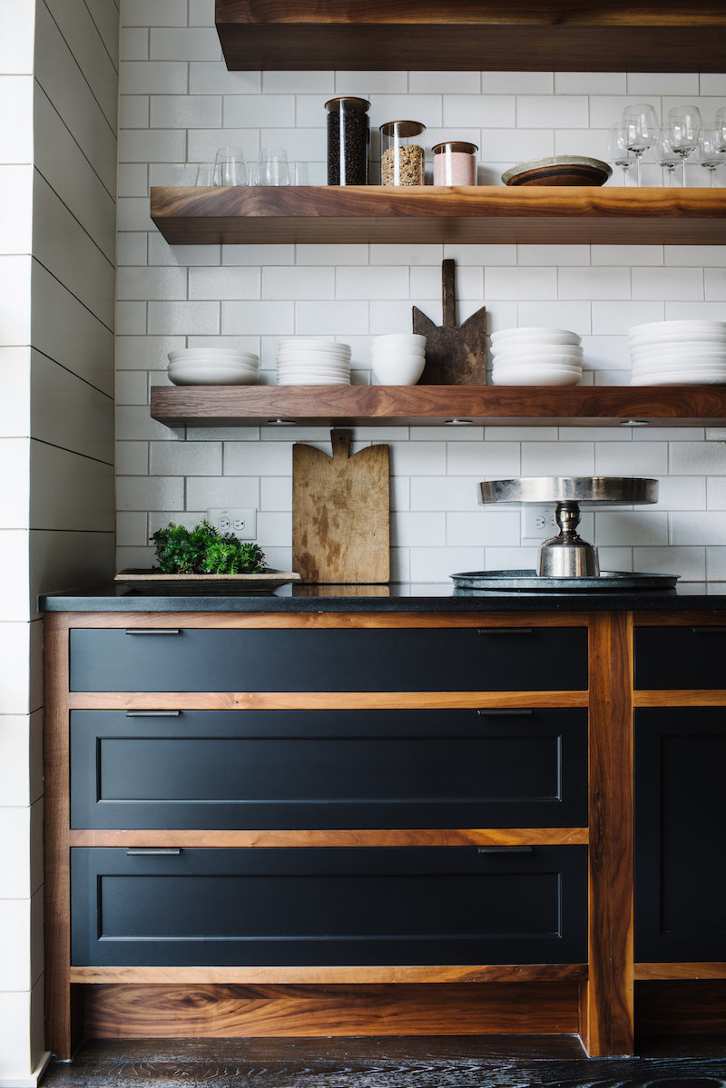 cuisine bois plant de travail noir étagères en bois massif carrelage blanc