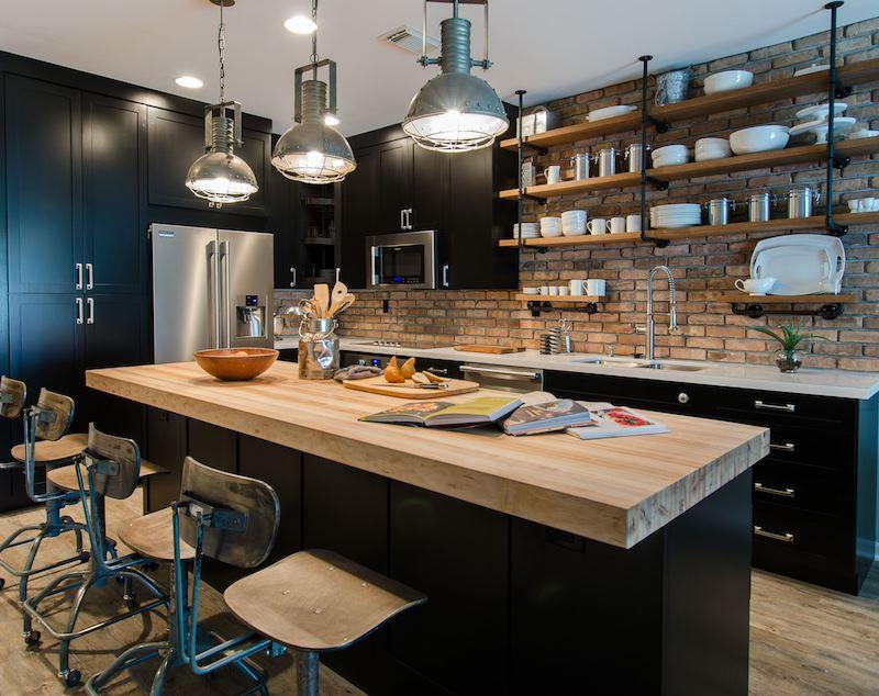 cuisine chene et noir plan de travail en bois placards noirs etegeres en bois