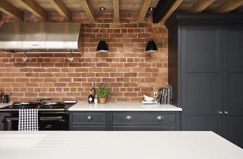cuisine gris anthracite mat et bois mur en tuiles plan de travail blanc
