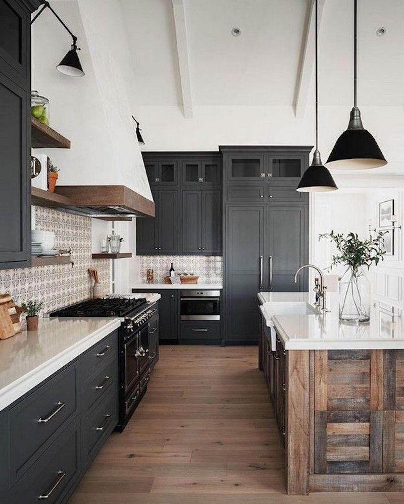 cuisine noir et bois avec ilot central plan de travail blanc four noir