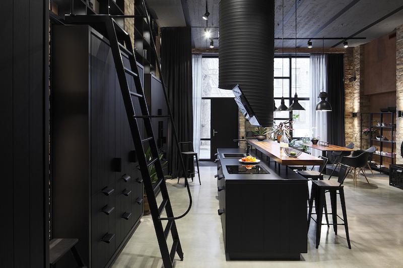 cuisine noir et bois avec ilot comptoir et table en bois
