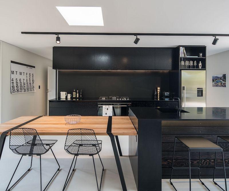 cuisine noir mat et bois chaises en métal table en bois