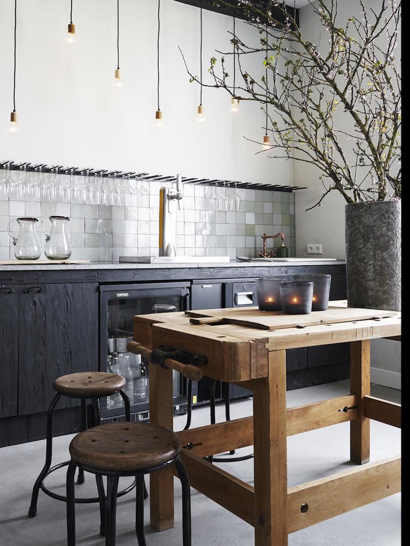 cuisine style industriel en noir et bois murs en blanc placards noirs