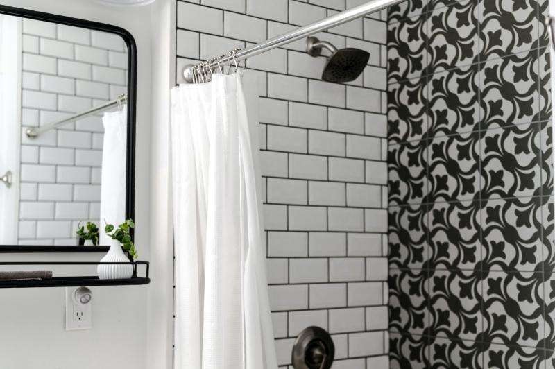déco salle de bain rideaux douche carrelage blanc miroir noir