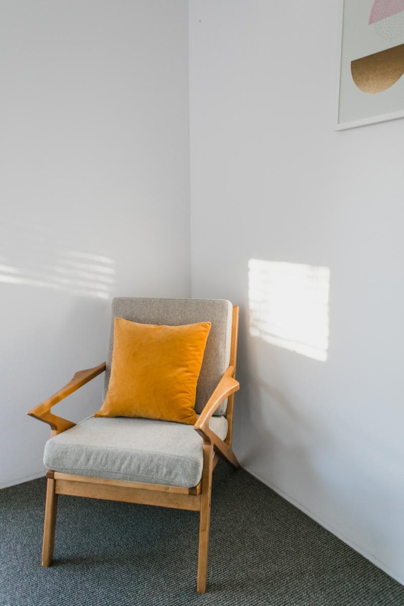 déco salon canapé gris foncé un coussin couleur dorée