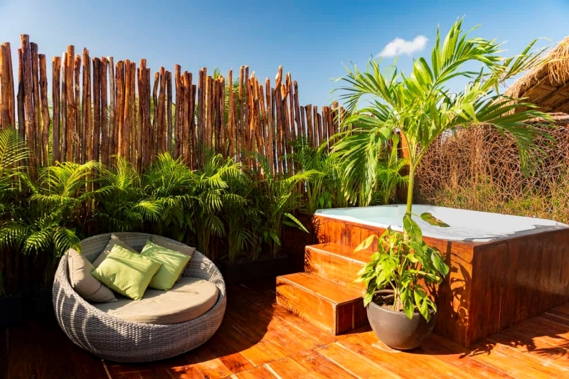 décor exotique bambou fauteuil oeuf relax idée aménagement extérieur