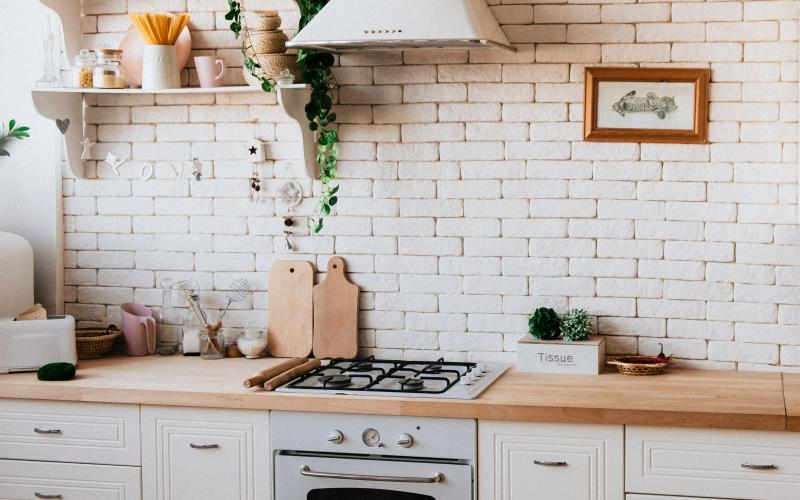 décoration cuisine plan de travail bois armoires blanches poignées métal