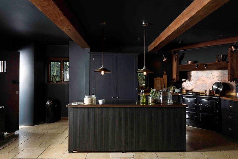 deco noir et bois poutres en bois murs plafond et cuisine en noir