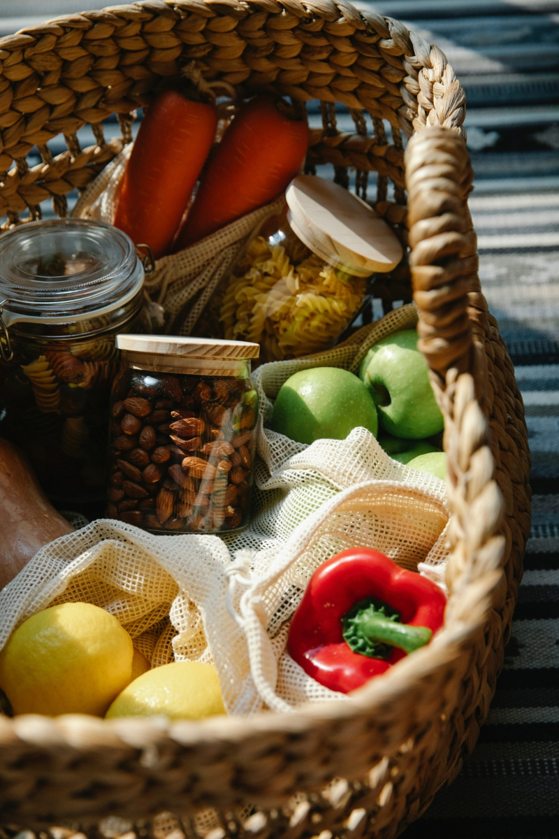 decoration plateau de charcuterie des fruits et des légumes dans un panier