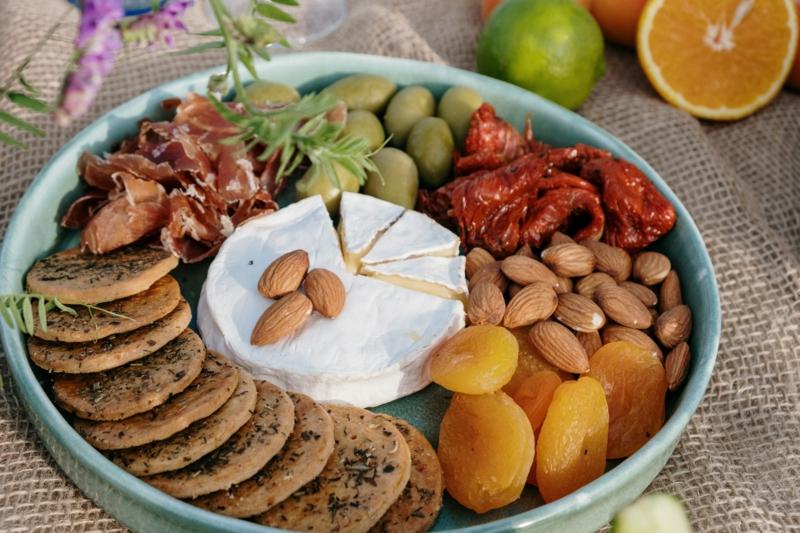 decoration plateau de charcuterie des légumes et des noix dans une assiette céramique