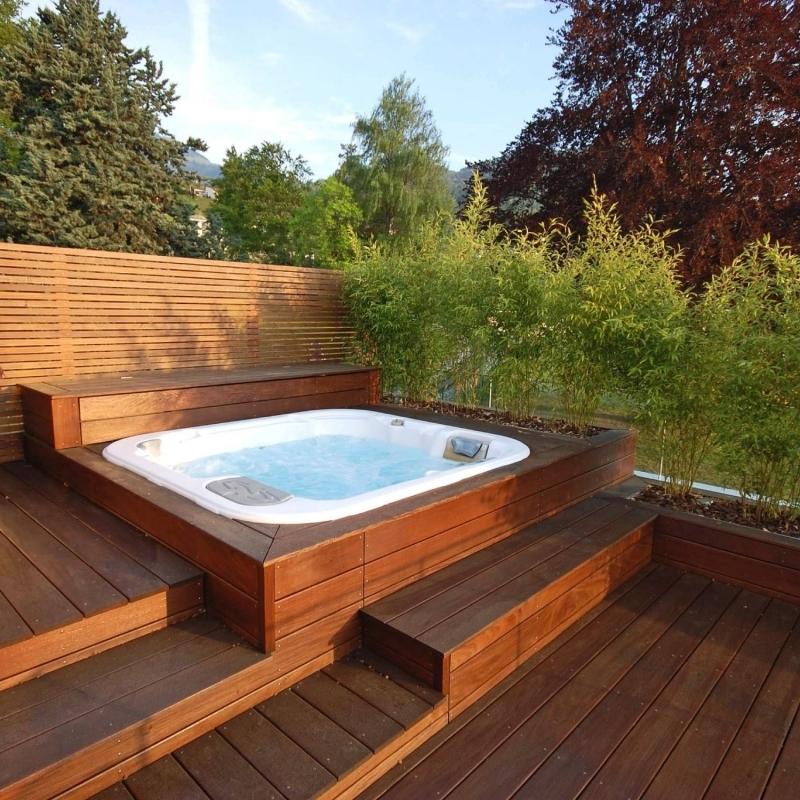 design jacuzzi terrasse en bois revetement extérieur cloture brise vue plantes