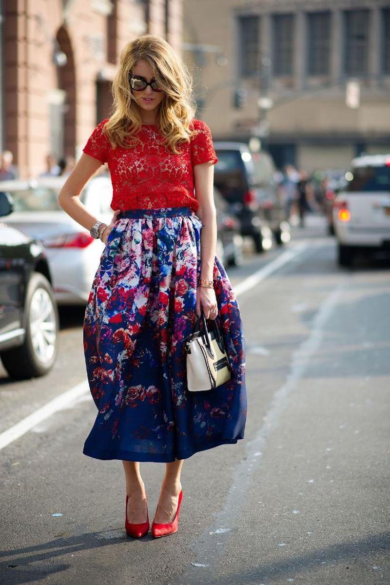 différent style vestimentaire jupe multicolre top et chaussures rouges