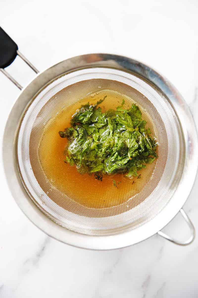 égoutter la menthe à l aide d une passoire recette menthe fraiche