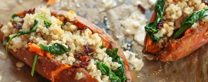 éplucher une patate douce ou non pour la cuire entière et la farcir