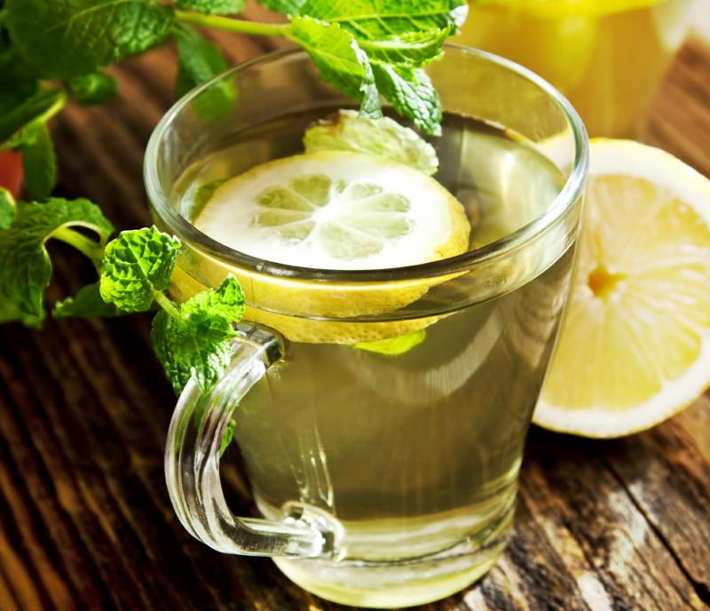 eau chaude citron une tranche de citron dans un verre d eau tiède