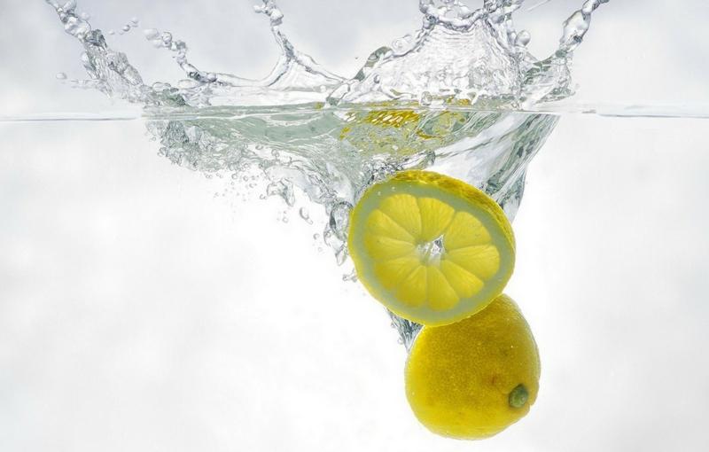 eau citron des citrons qui plongent dans de l eau