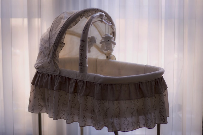 equipement bebe berceau avec dentelle et jouets
