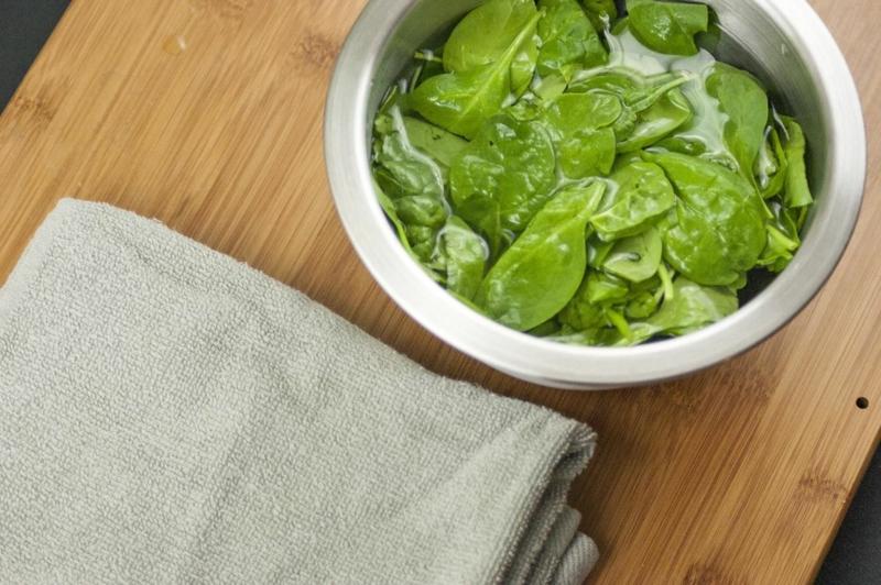 essorer salade sans essoreuse feuilles vertes dans un bol et une serviette
