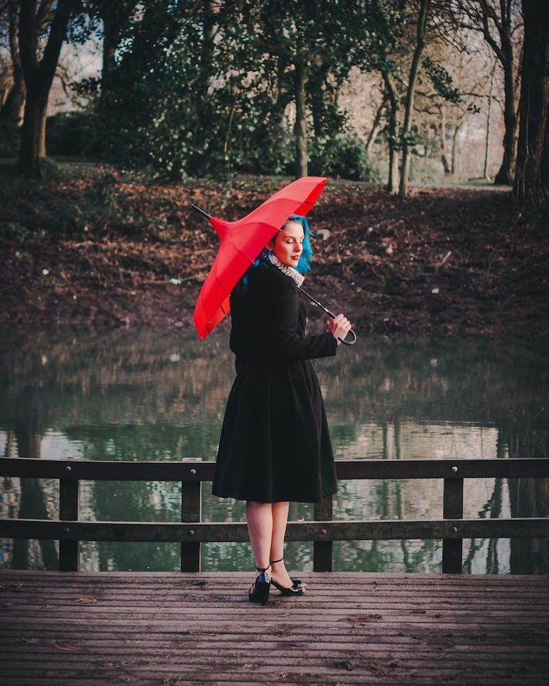 exemple de pluie rouge femme avec manteau noir comment s habiller quand il pleut