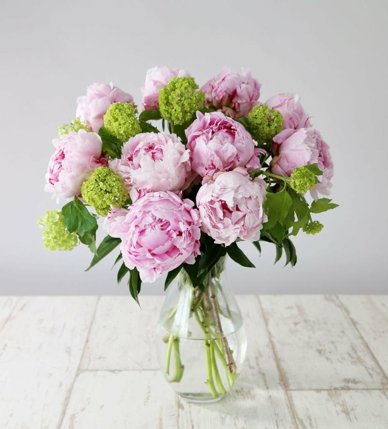 exposition pivoine un bouquet de pivoines roses sur la table