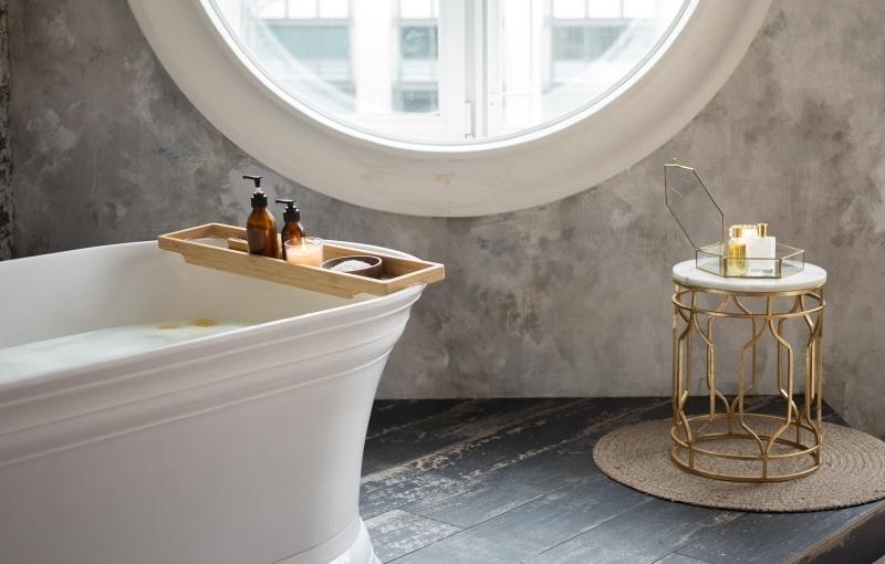 fenetre ronde table or et marbre baignoire ilot blanc peinture a effet