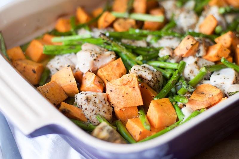 frite de patate douce croustillante au four avec des haricots verts et du poulet