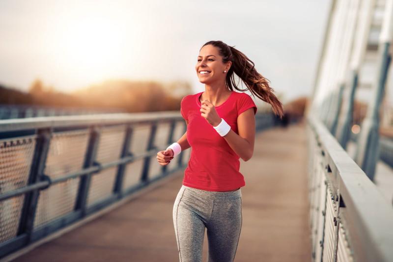 fruit en c une femme qui fait du sport et sourit