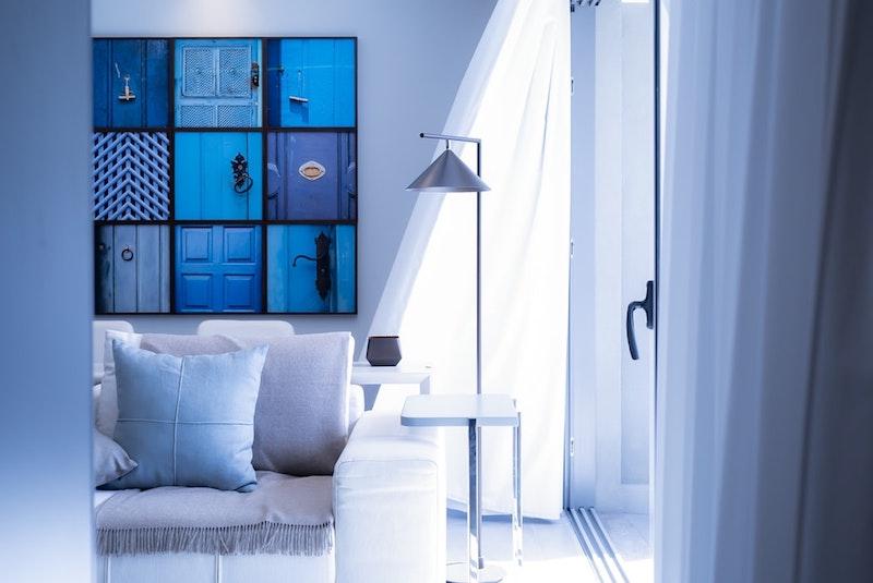 habillage mur intérieur pas cher tableau en bleu déco épurée