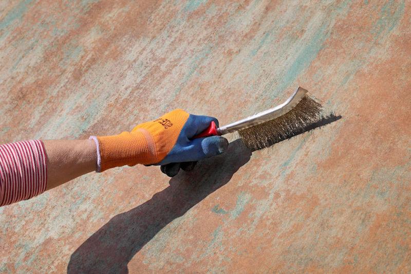 comment enlever la rouille sur du fer grâce à une brosse de laiton