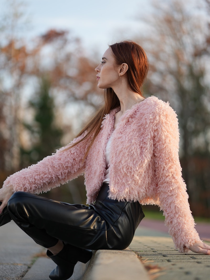 idée de veste fausse fourrure rose pastel et pantalon cuir noir
