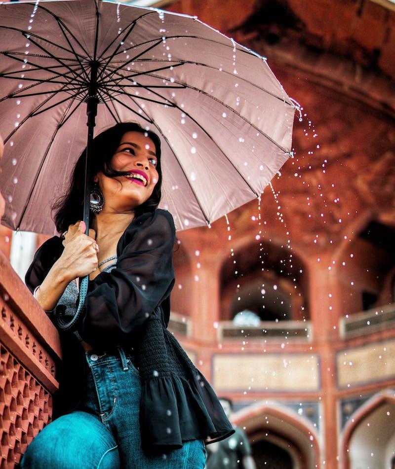 idée parapluie femme couleur neutre tenue début automne