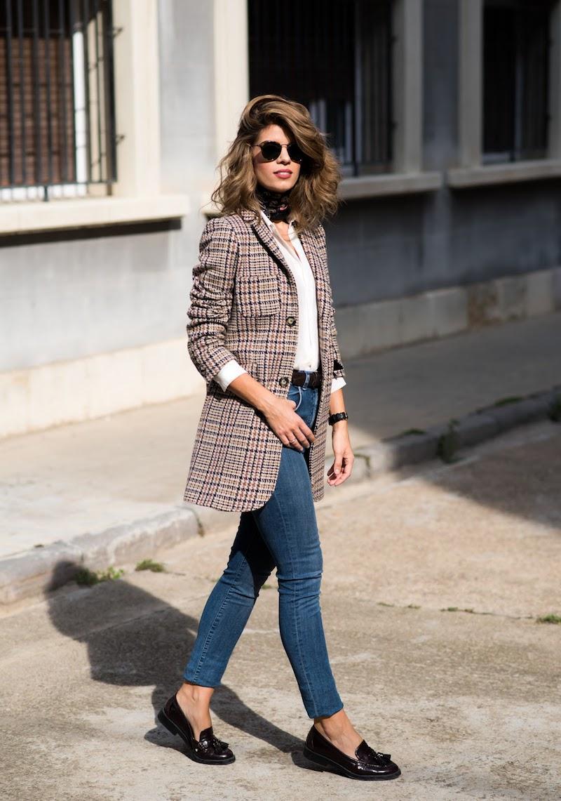 idée tenue femme jeans bleus veste prince des galles et mocassins