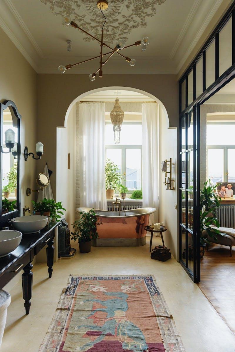 idee de salle de bain style oriental lustre elegant baignoire cuivre