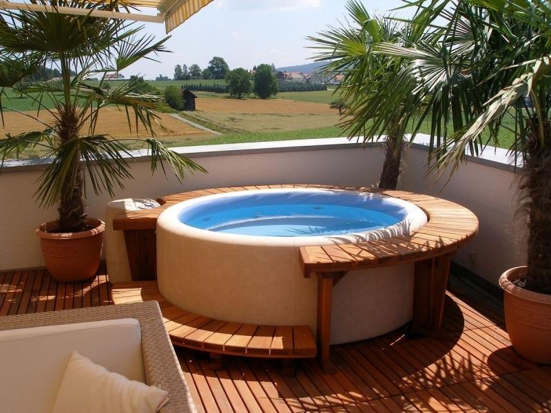 idee deco spa gonflable exterieur terrasse en bois palmier extérieur pots