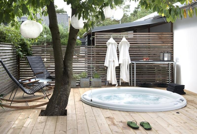 installation spa enterré terrasse en bois transats métal arbre jardin